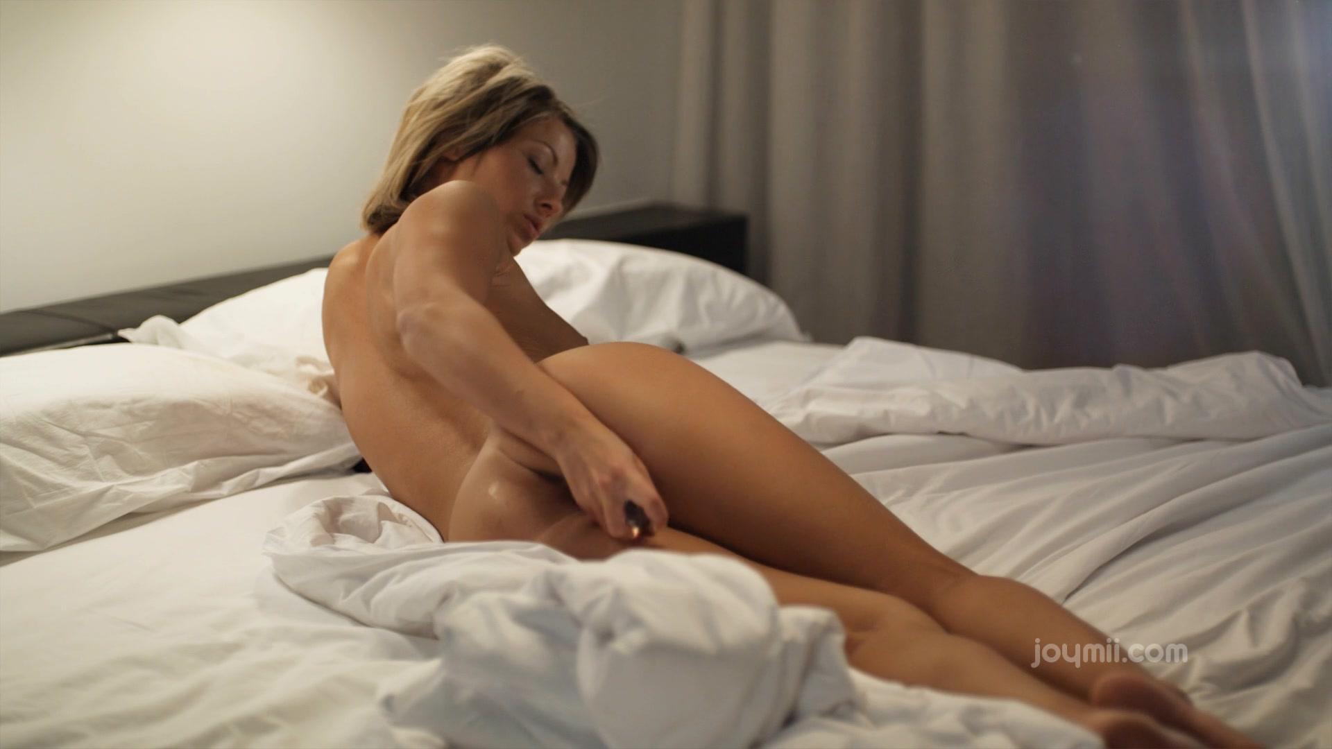 Бландинка мастурбирует сваю киску