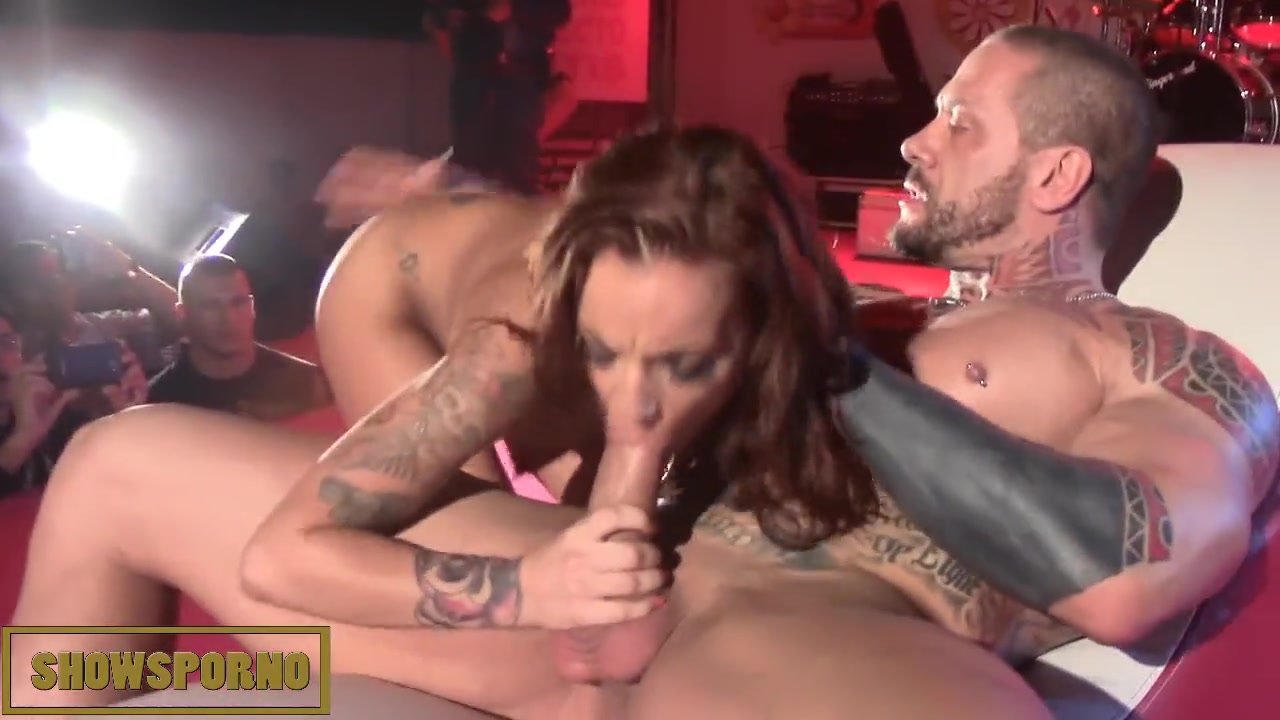 Порно дама раздевается для секса и ебутся