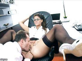 Заставил секретаршу взять и жестко отымел