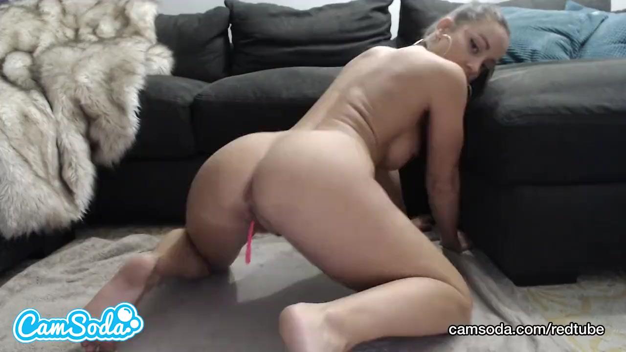 Девушка уединилась и мастурбирует одна видео