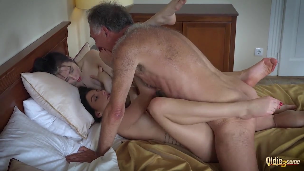 Порно дед и медсестра занимаются сексом в спальне