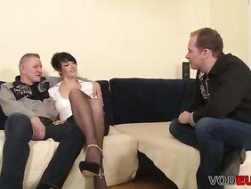 Три русских парня трахают девушку в общаге