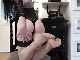 Фото трусы с пенисом резиновым видео фото девушек присела