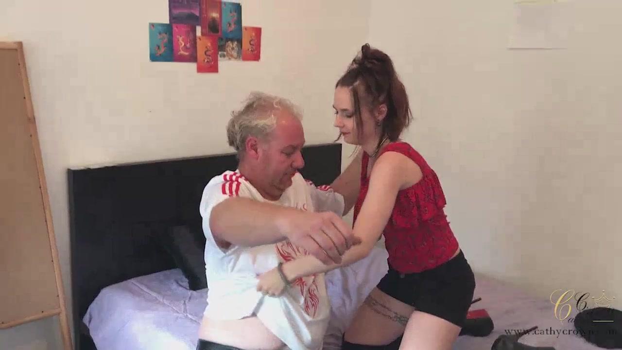 Дед трахает в рот внучку