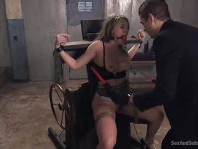 Бьёт электричеством рабыню порно видео