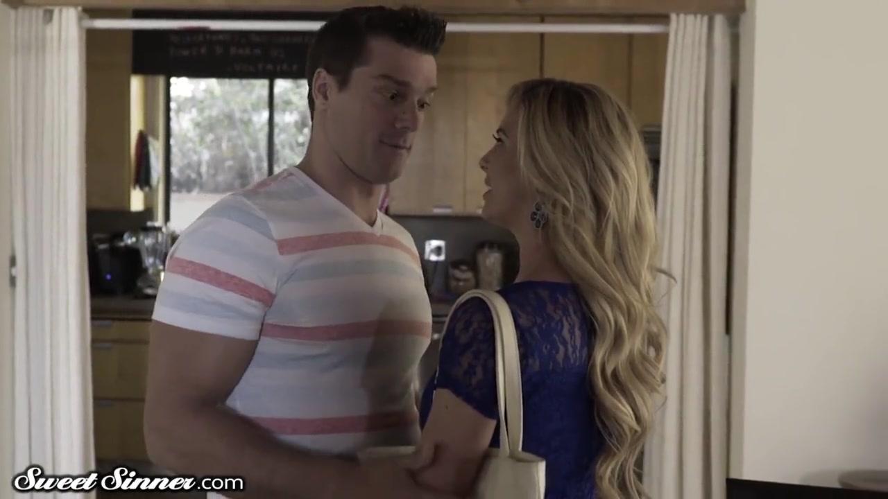 Девчонка в синих штанах играет в приставку порно