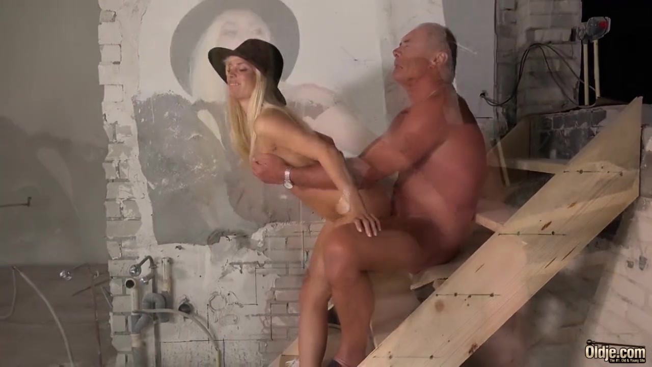 Посмотреть видео женщина пытает член