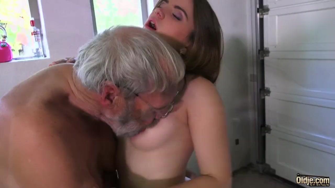 Дед и молодая занимаются сексом
