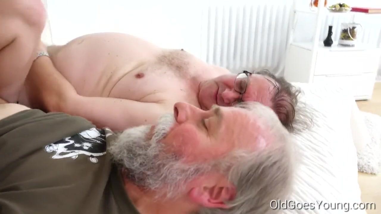 Дрочит с дедушками