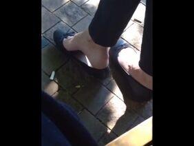 Гибкая девушка с длинными ногами насаживается на член парня мокрой киской