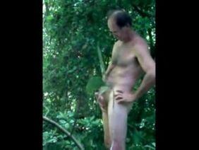 Naomi Swann трахается в жопу с мужиком за зарослями декоративного винограда