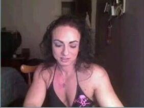 Сидя На Красном Кожаном Диване, Брюнетка И Её Парень Занялись Страстным Порно В Баре Смотреть