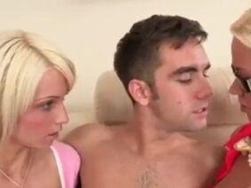 Ухоженная блондинка получает сперму в рот после траха киски
