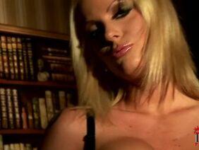 Смотреть домашний хардкор с фигуристой блондинкой наездницей по вебкамере