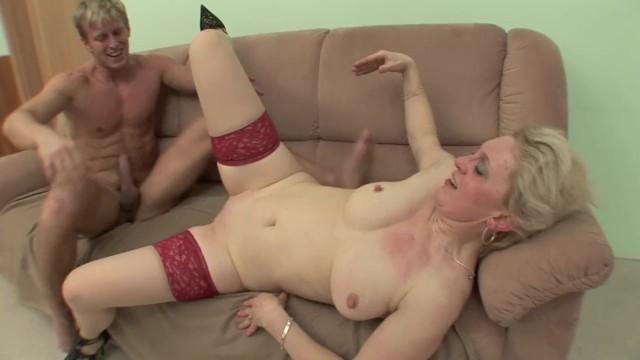 Плотненькая девчонка с большой задницей снимает сексапильный корсет