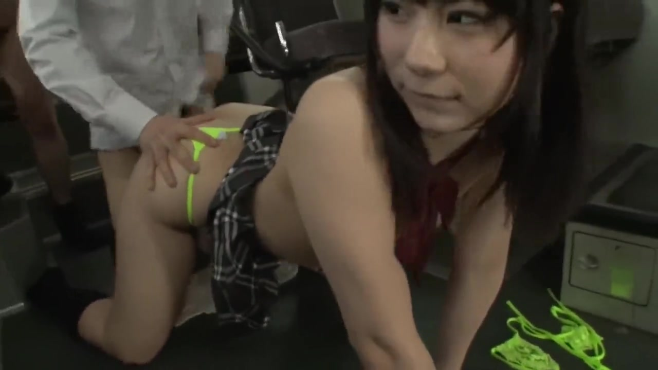 Изнасиловали грудастую азиатку в метро