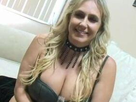 Зрелая проститутка строчит любительский минет с глубокой глоткой