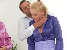 Трахнули дома красивую блондинку, которая любит ласкать киску