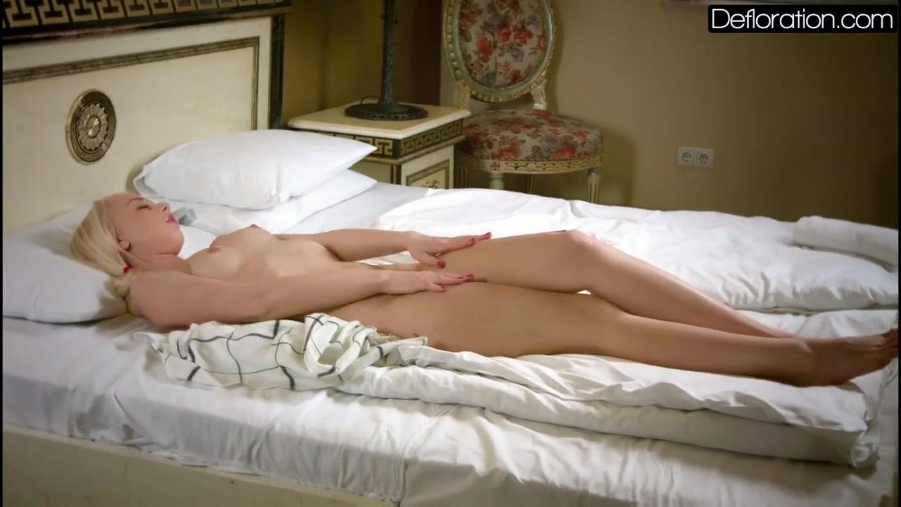 Соло на кровате с вибратором