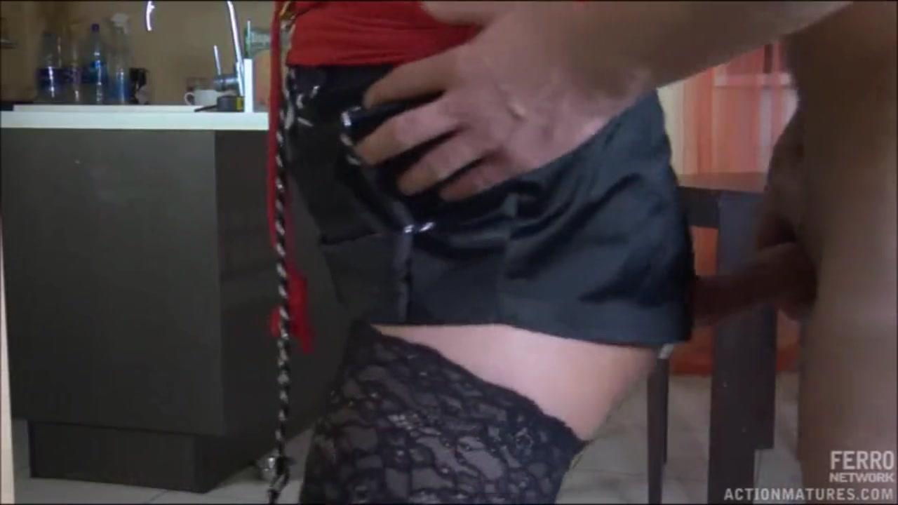 Смотреть порно девушка под столом делает минет мужикам
