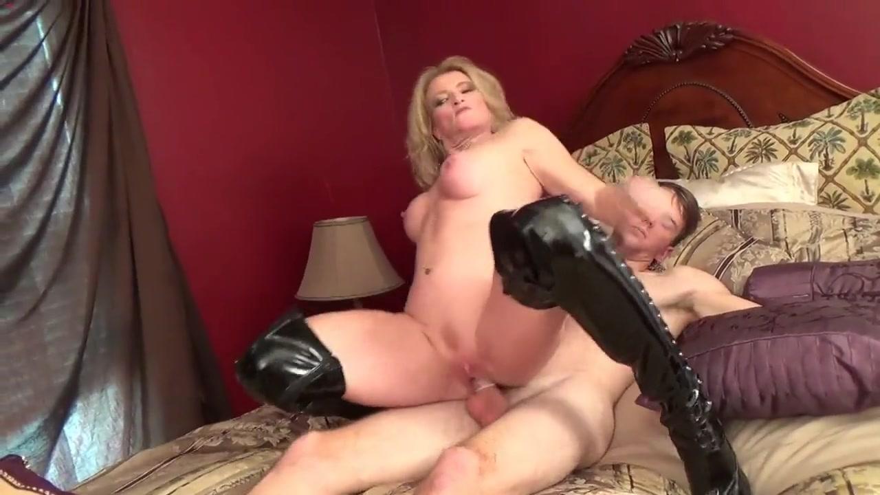 Прекрасная соседка делает глубокий минет порно