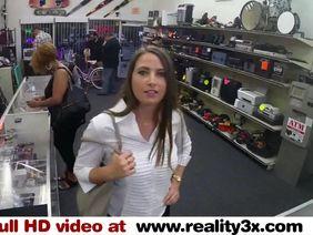 Продавщица магазина дрочит бритую шмоньку и снимает процесс на телефон - секс порно видео