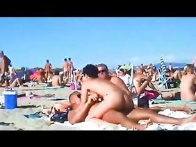 Порно мастурбация на нудистском пляже без стеснения