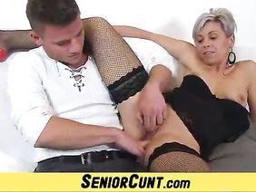Мама показивает сыну как мастурбироват